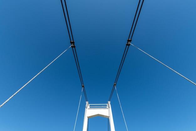 Pequena ponte estaiada sobre o rio. a ponte precisa de reparos. cidade de yoshkar-ola na rússia.