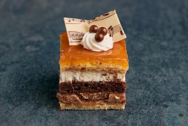 Pequena porção de um típico bolo espanhol conhecido como sobremesa san marcos.