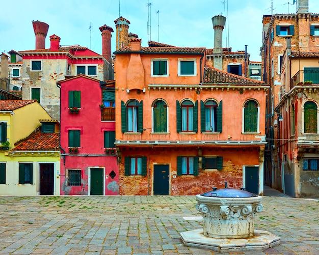 Pequena praça com casas coloridas em veneza, itália. paisagem urbana de veneza