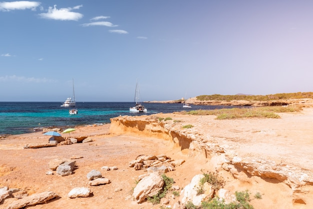 Pequena praia isolada na ilha de ibiza, espanha