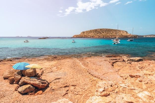 Pequena praia isolada rochosa na ilha de ibiza, espanha