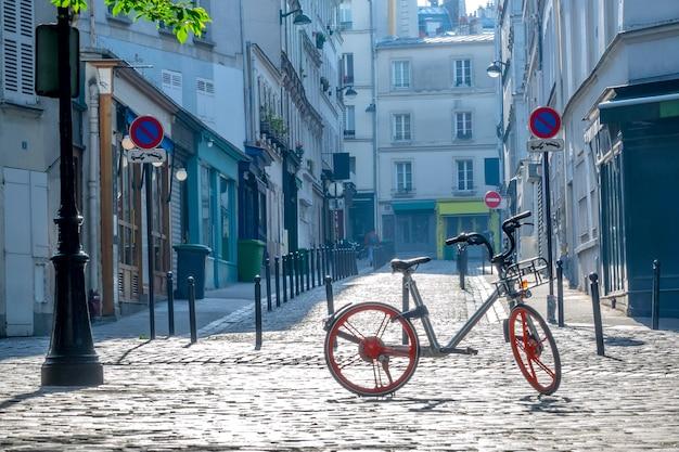 Pequena rua em um dia ensolarado de verão