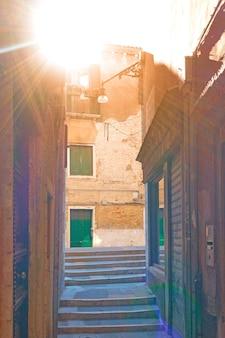 Pequena rua lateral em veneza em um dia ensolarado de verão, itália