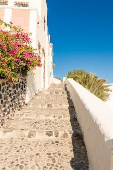 Pequena rua típica em santorini, na grécia, em cyclades
