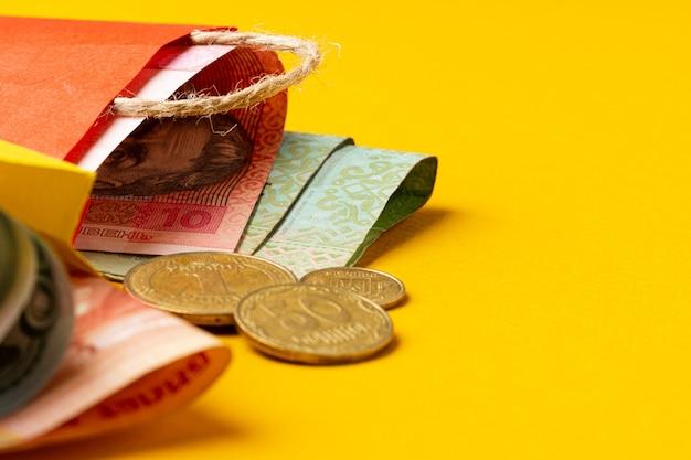 Pequena sacola vermelha com moeda ucraniana