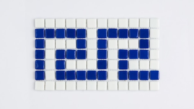 Pequena telha cerâmica azul sobre um fundo branco, vista superior, faiança. para o catálogo