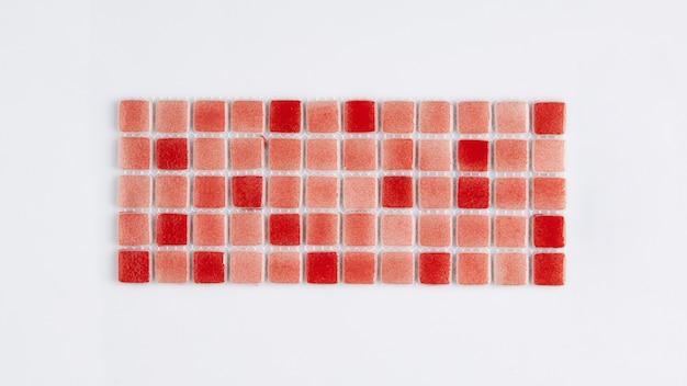 Pequena telha cerâmica vermelha em um fundo branco, vista superior, faiança. para o catálogo