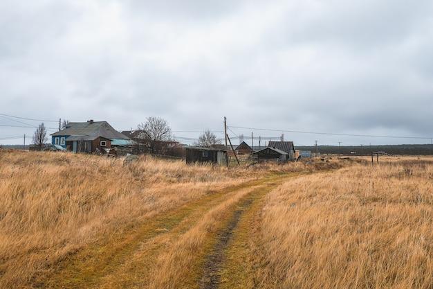 Pequena vila autêntica na costa do mar branco, fazenda coletiva de pesca de kashkarantsy