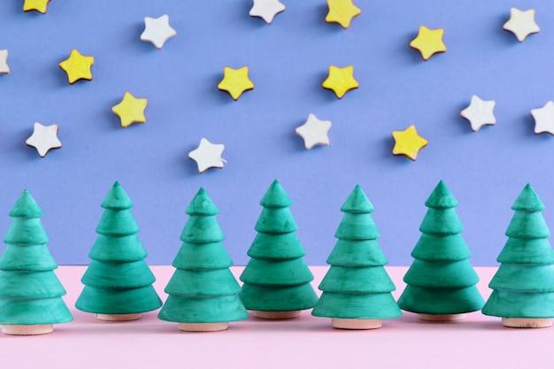 Pequenas árvores de natal decorativas.