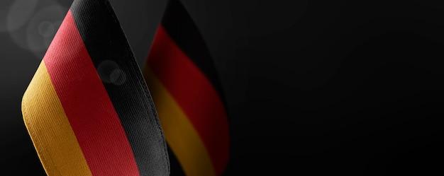 Pequenas bandeiras nacionais da alemanha no preto