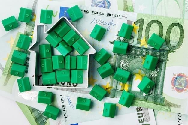 Pequenas casas de brinquedo e dinheiro