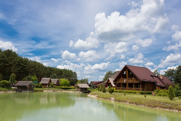 Pequenas casas de madeira na água e perto do lago