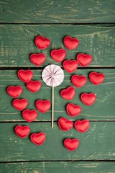 Pequenas corações na mesa de madeira verde