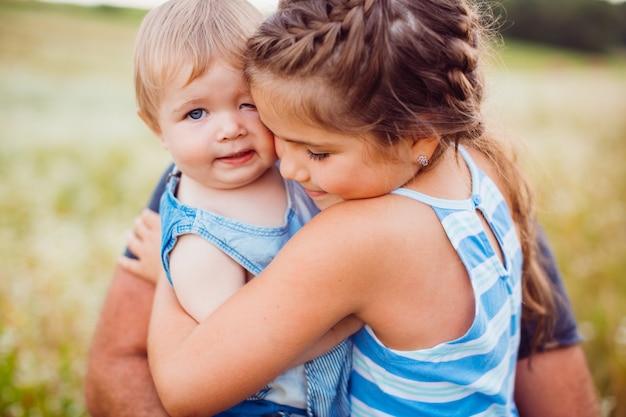 Pequenas crianças se abraçam concurso