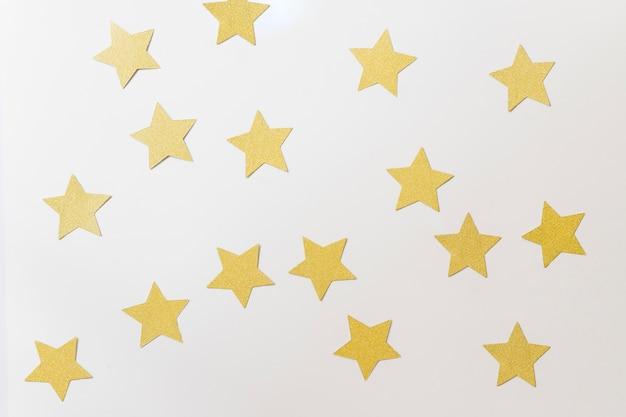 Pequenas estrelas de papel na mesa