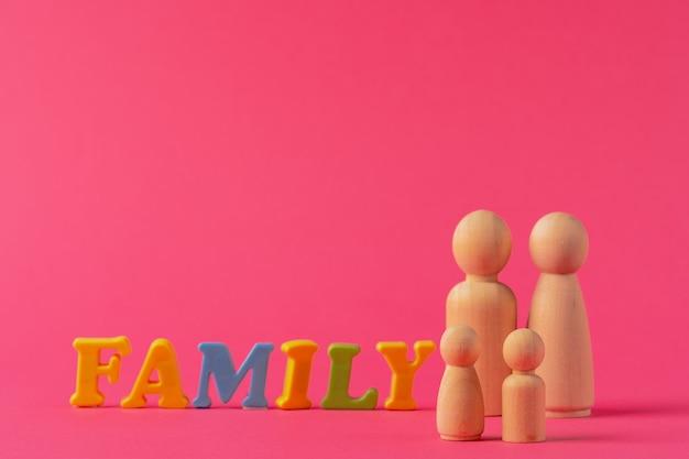 Pequenas figuras de madeira de pessoas. conceito de família