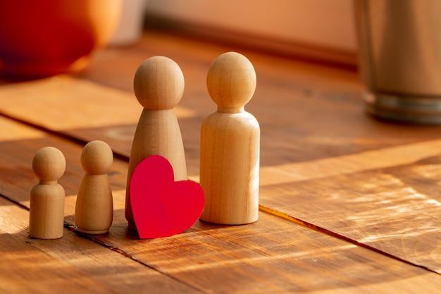 Pequenas figuras de madeira dos membros da família. símbolo de relacionamento familiar