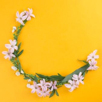 Pequenas flores com folhas verdes na mesa