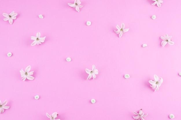 Pequenas flores espalhadas na mesa-de-rosa