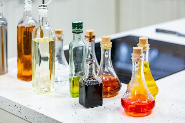 Pequenas garrafas de azeite com sabor e vinagre balsâmico na cozinha copie o espaço.