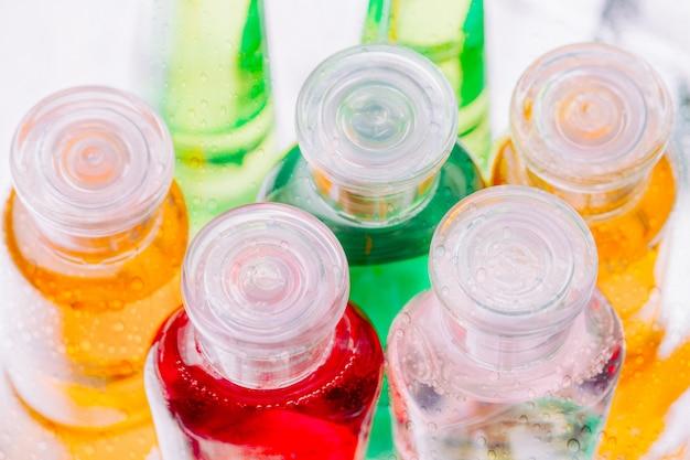 Pequenas garrafas plásticas coloridas de shampoo
