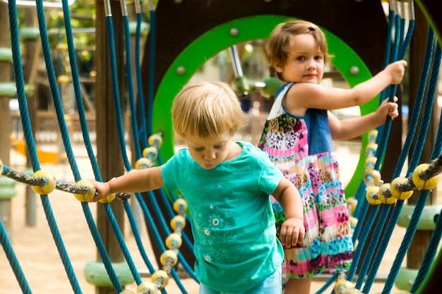 Pequenas irmãs no parque infantil no parque