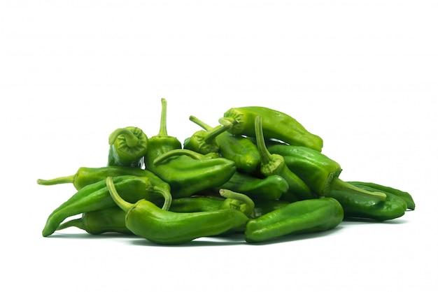 Pequenas pimentas verdes, isoladas no branco, padron pimentos