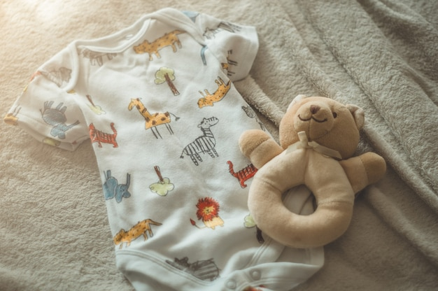 Pequenas roupas de bebê feitas à mão. roupas de recém-nascido. unidade, proteção e felicidade
