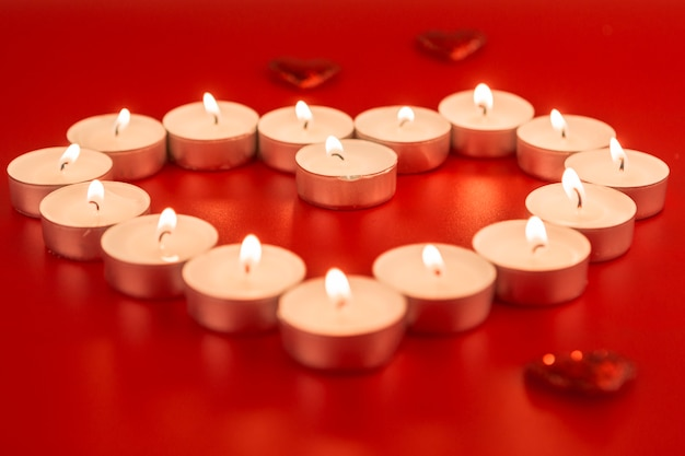 Pequenas velas em forma de coração
