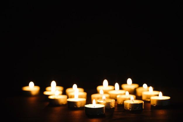 Pequenas velas flamejantes