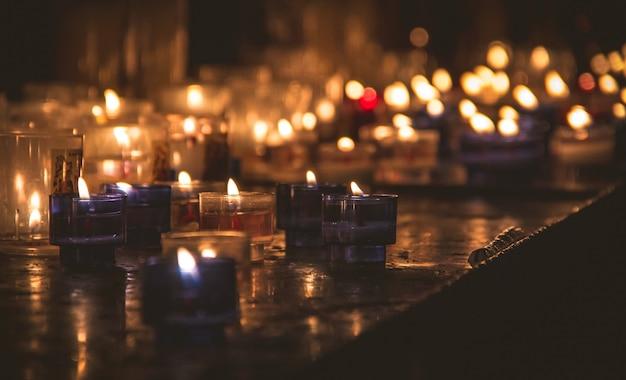 Pequenas velas no escuro