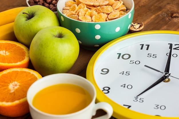 Pequeno-almoço caseiro saudável de muesli, maçãs, frutas frescas e nozes