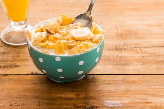 Pequeno-almoço caseiro saudável de muesli
