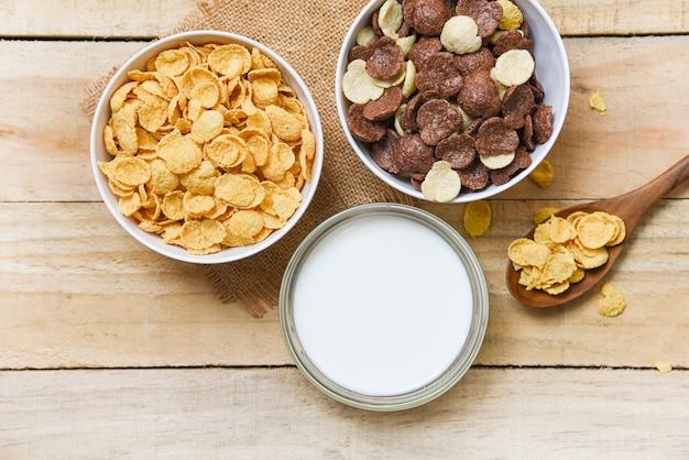 Pequeno-almoço cereais e vários cereais na tigela e copo de leite