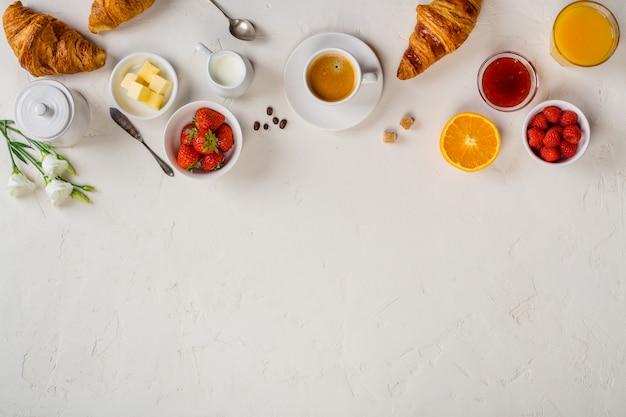 Pequeno-almoço continental capturado por cima, vista plana, vista superior