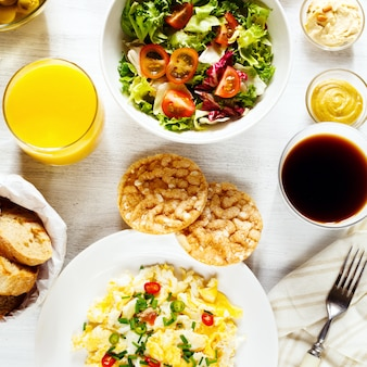 Pequeno-almoço continental fresco. comida saudável.