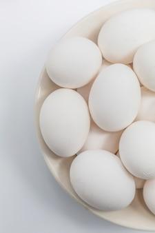 Pequeno-almoço de casca branca pássaro amarelo três