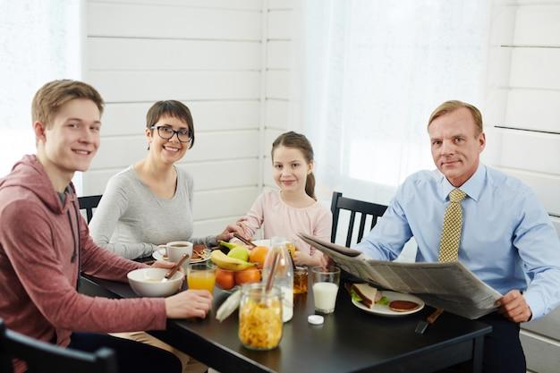 Pequeno-almoço familiar saudável e delicioso