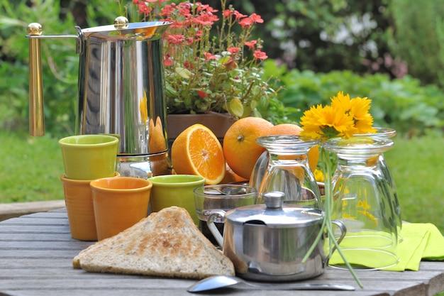 Pequeno-almoço no jardim