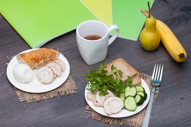 Pequeno-almoço proteico com rolo de frango, pão, ovo antes da escola