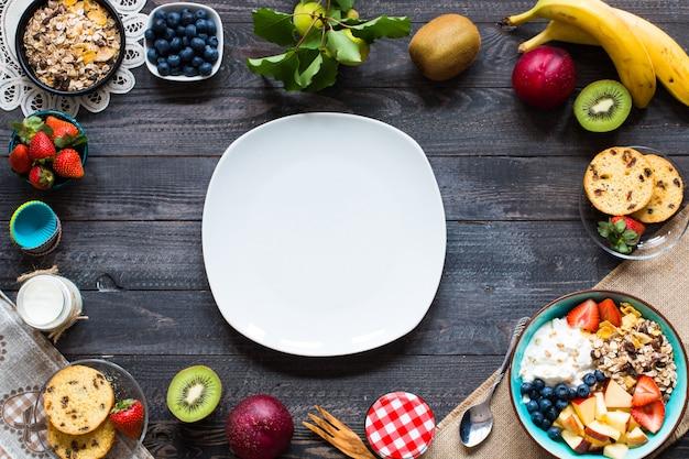 Pequeno-almoço saudável, cereais com iogurte, morangos, mirtilo, maçã, banana