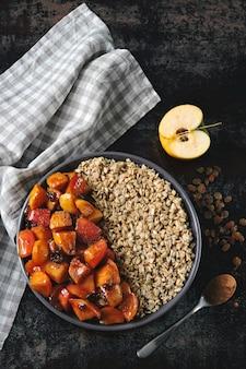 Pequeno-almoço saudável com aveia e maçãs caramelizadas com canela.