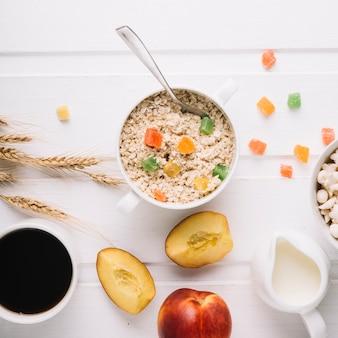 Pequeno-almoço saudável com aveia na mesa branca