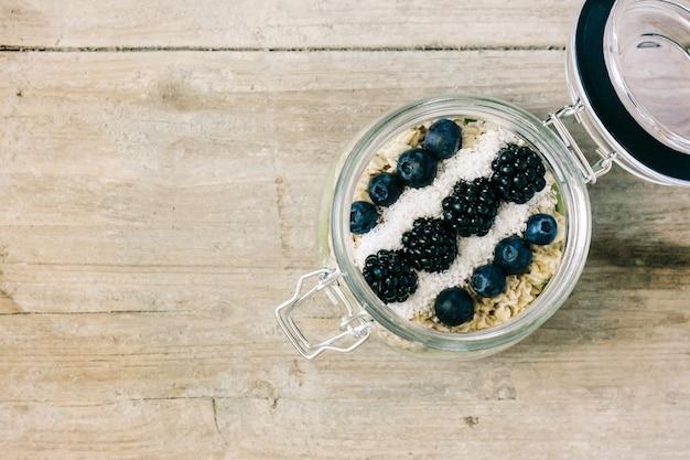 Pequeno almoço saudável com cereais e frutas