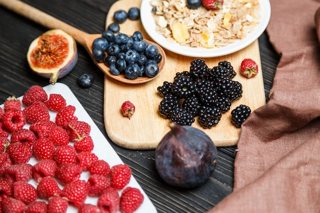 Pequeno-almoço saudável com cereais e frutas.