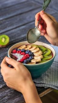 Pequeno-almoço saudável com delicioso smoothie de açaí em tigela