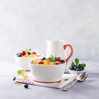 Pequeno-almoço saudável com flocos de milho e bagas