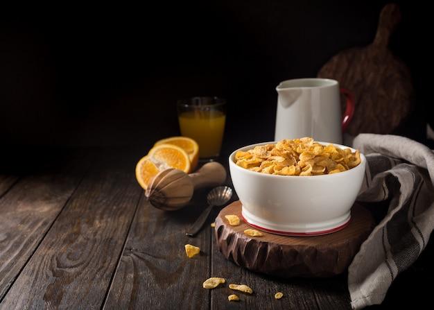 Pequeno-almoço saudável com flocos de milho