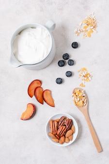 Pequeno-almoço saudável com iogurte e frutas