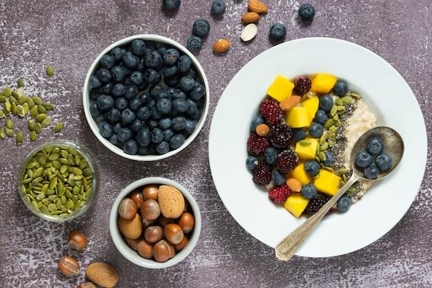 Pequeno-almoço saudável com mingau de aveia com frutas
